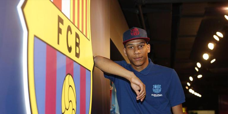 Barcelona Resmi Kedatangan Todibo
